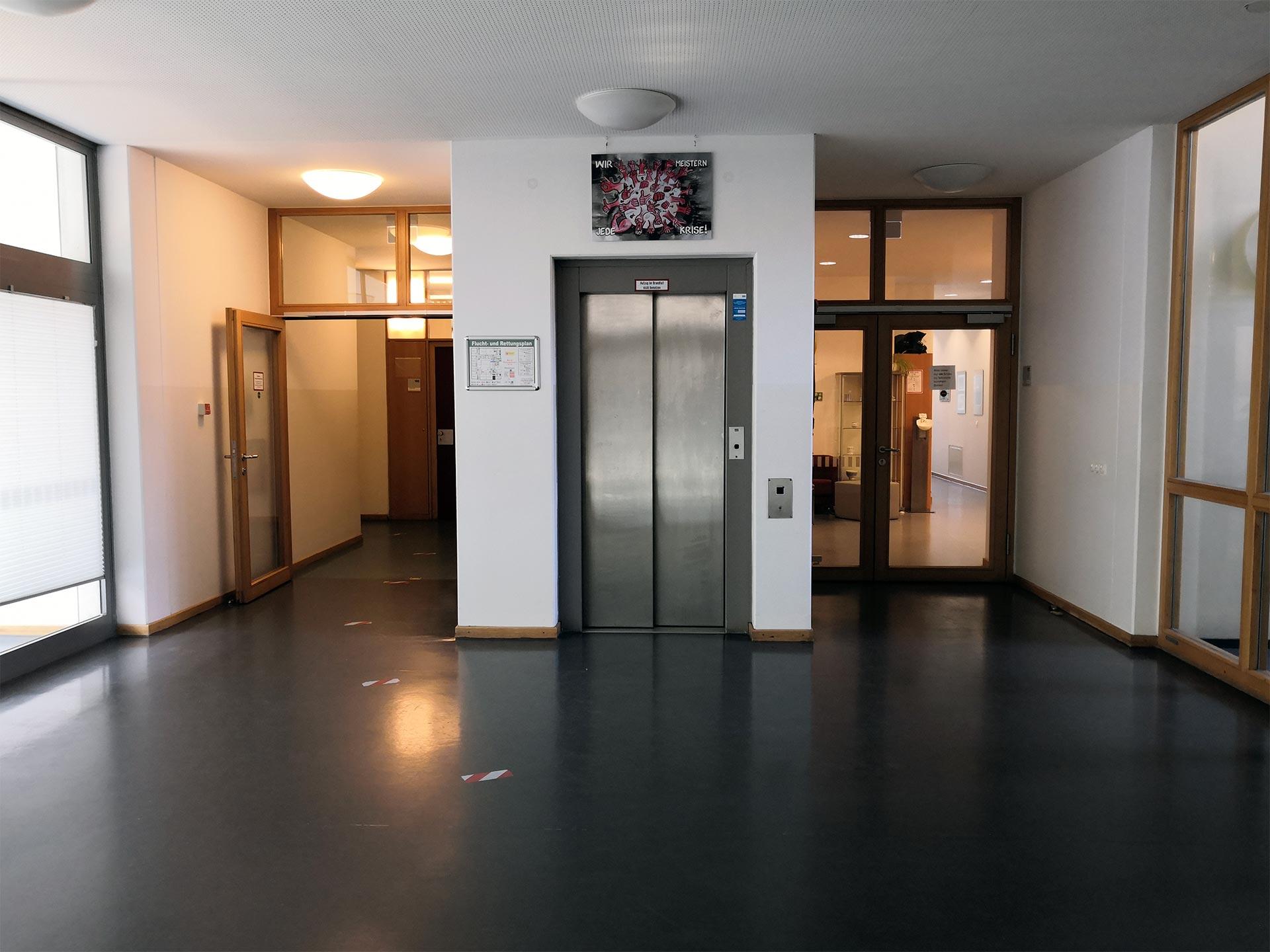 Fahrstuhl und Eingang zum Sekretariat