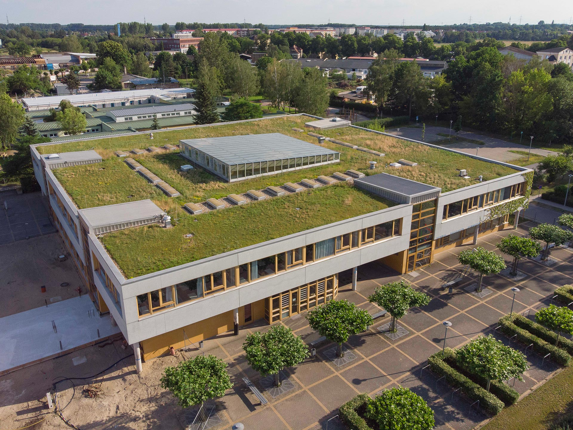 Schulgebäude mit Dachbegrünung